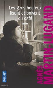 roman feel-good : Les gens heureux lisent et boivent du café